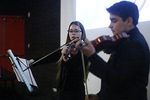 Para amenizar el seminario, se incluyó una pieza de W. A. Mozart que ejecutaron dos estudiantes.