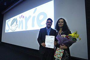 Al término de su ponencia, la Dra. Carmen Julia Rosales recibió un reconocimiento por parte del Grupo Sonríe.