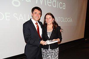 La profesora TM Verónica Rosales recibe un obsequio de parte del profesor TM Mg Erwin Landskron.