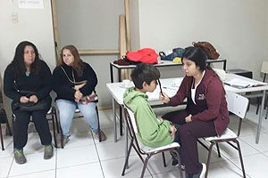 Uno de los exámenes que los estudiantes practicaron fue el de agudeza visual.