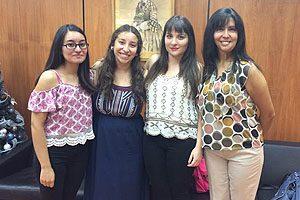 Las egresadas Giselle Valenzuela, Cecilia Yáñez y María Elena Cárcamo junto con la Mat. Mimy Mayol, Directora de la Escuela de Obstetricia y Neonatología UDP.