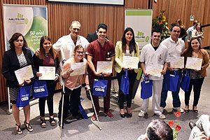 Bárbara Palominos junto a estudiantes de Tecnología Médica.