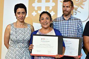 EU Marcia Maldonado recibiendo diploma de Danae de los Ríos.
