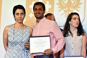 Kabir Sadarangani, recibiendo el diploma de Danae de los Ríos.