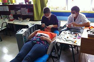 Voluntarios en un procedimiento durante los trabajos en Lenca, en el verano de 2015.