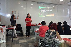 Matronas María Elena Armijo y Jael Fernández durante la parte teórica del curso taller.