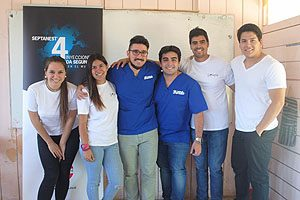 Juan Andrés Durán (3° de izquierda a derecha), junto con otros integrantes de Sonríe UDP.