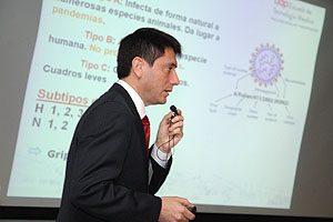 """TM Mg Erwin Landskron, Secretario Académico de la Escuela de Tecnología Médica UDP, expuso la conferencia """"Aspectos epidemiológicos de los virus respiratorios en Chile""""."""