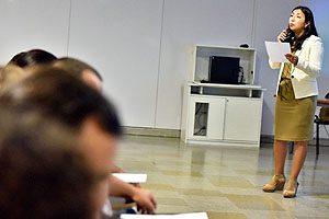 TM PhD Pamela Cornejo durante su presentación en la Escuela de Tecnología Médica UDP.