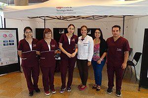 Las docentes TM Valentina Rodríguez (delantal blanco) y Sylvia Artillería (a la derecha) junto con un grupo de estudiantes de la mención durante el operativo.