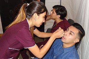 Estudiantes realizando la toma de presión ocular.