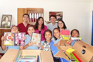 Benjamín Venegas, TM PhD Pamela Cornejo, TM Mg Erwin Landskron y TM Sylvia Artillería (al fondo), con niños del colegio Santa Teresa de Jesús.