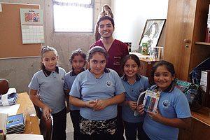 Benjamín Venegas, Presidente del CETEM, con menores del colegio.