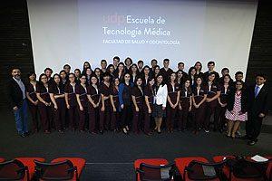 Estudiantes de la mención de Laboratorio Clínico, Hematología y Medicina Transfusional, junto con autoridades de la Escuela de Tecnología Médica UDP.
