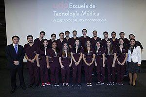 Estudiantes de la mención de Imaginología y Física Médica, junto con TM Mg Erwin Landskron y TM PhD Pamela Cornejo, Secretario Académico y Directora (I) de la Escuela de Tecnología Médica UDP, respectivamente.