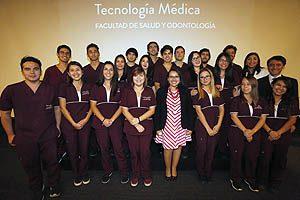 Estudiantes de la mención de Oftalmología y Optometría, junto con TM Mg Sylvia Artillería, Secretaria de Estudios (I) de la Escuela de Tecnología Médica UDP.