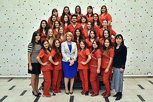 25 egresadas y 1 egresado conforman la 1° generación de titulados de la Escuela de Obstetricia y Neonatología UDP. Equipo Directivo de este programa junto a la Decana Yasna Carrión y los nuevos profesionales.