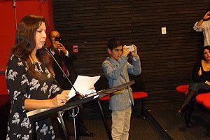 Directora Mimy Mayol mientras toma la promesa del investido a los 71 estudiantes de 2° año.