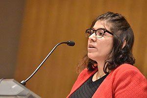 La egresada Sarai Sepúlveda, leyendo su discurso en representación de los egresados.
