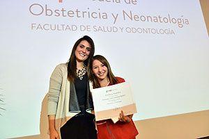 La Mat. Daniela Tupper entrega el Premio de Excelencia Académica a Fernanda Sandoval.
