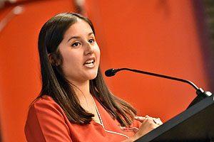 La egresada Camila Alcayaga evocó los cinco años de pregrado en un discurso lleno de analogías.