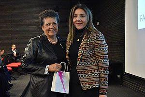 EU Pamela Torres, Directora de la Escuela de Enfermería UDP, entregando el Premio a la Trayectoria Académica a la EU Irene Acevedo.