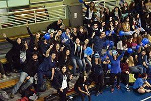 Estudiantes de la Escuela de Enfermería UDP en el Centro de Deportes UDP, donde culminaron los festejos por la efeméride.