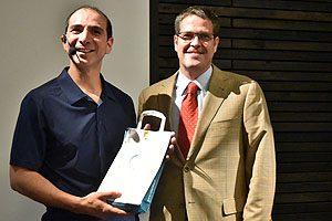 Duilio de Lapeyra y el Klgo. Roberto Urzúa, Director de la Escuela de Kinesiología UDP.