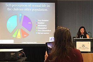 """La Mat. Cristhel Fagerstrom durante la exposición de su investigación """"Autopercepción por género de satisfacción sexual en adultos mayores chilenos""""."""