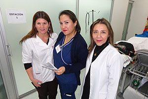 """EU Mg Irella Vergara, Secretaria Académica de la Escuela de Enfermería UDP; EUCarolina Villanueva, Coordinadora de la asignatura """"Primeros Auxilios""""; y EU Mg Pamela Torres, Directora de la Escuela de Enfermería UDP."""