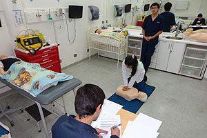 Además de los académicos, estudiantes de otros niveles de la Escuela de Enfermería participaron como monitores durante la aplicación de la metodología OSCE en el examen final de asignatura.