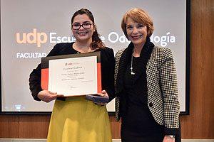 Decana Yasna Carrión, entregando el diploma por Excelencia Académica a la Dra. Fanny Mujica.