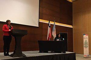 EU Irella Vergara, Secretaria Académica de la Escuela de Enfermería UDP, durante su exposición en el congreso.