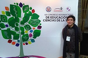 EU Ignacio Gaete, egresado de la Escuela de Enfermería UDP, y coautor de una investigación, también hizo una presentación ante sus pares.