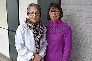 EU María Eugenia Rapimán y EU Gladys Lucero, quienes participaron en la modalidad póster científico.