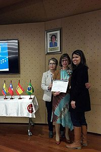 Stella Bueno entregando el diploma a la EU Gladys Lucero y a la EU María Eugenia Rapimán por su participación en el XXI Seminario Internacional de Cuidado. Formación, Práctica, Investigación y Condiciones Laborales en la Enfermería del Siglo XXI.