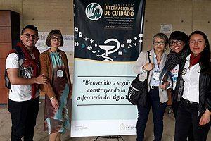 Las dos representantes de la Escuela de Enfermería UDP con internos de la Universidad Nacional de Colombia.