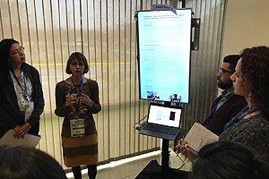EU Gladys Lucero durante la exposición del póster científico.