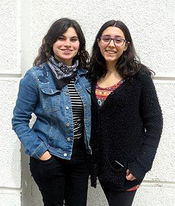 Las estudiantes Montserrat Vargas y Pamela Pinilla, de las facultades de Salud y Odontología UDP e Ingeniería y Ciencias UDP, respectivamente.