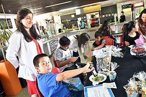 Dra. Geraldine Vives comparte con los niños y adolescentes del programa Abriendo Caminos.