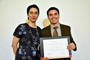Klgo. Jorge Mauro, de la Escuela de Kinesiología UDP, recibe el premio a la Innovación y Liderazgo Docente de Facultad.