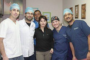 Voluntarios con una de las pacientes de Las Quemas, cuyo tratamiento culminó en Santiago.
