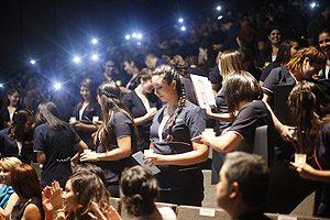 Ceremonia de la luz, en que los egresados prestan juramento como nuevos profesionales.