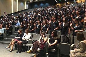 Ceremonia de la Luz, mediante la cual los estudiantes prestan juramento al inicio de sus prácticas clínicas.