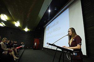 La estudiante investida Bárbara Negrete, quien representó a sus compañeros con este discurso.