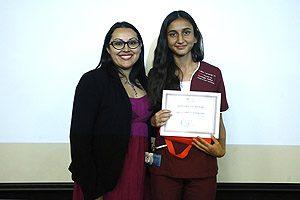 """TM Sylvia Artillería, Secretaria de Estudios, entregó a Luisa Laverde el premio a la """"Mejor estudiante de bachillerato""""."""