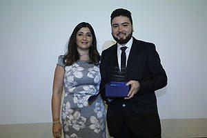 Dra. Geraldine Vives, Directora de la Escuela de Odontología UDP, entregando el premio Espíritu Portaleano al egresado Nelson Otárola.